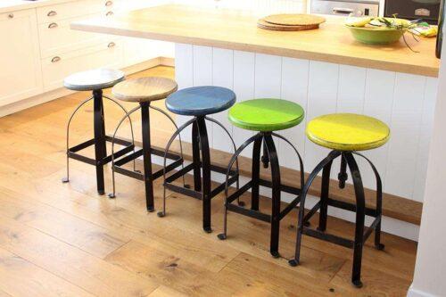 כסאות בר מברזל יצוק עם מושבים צבעוניים