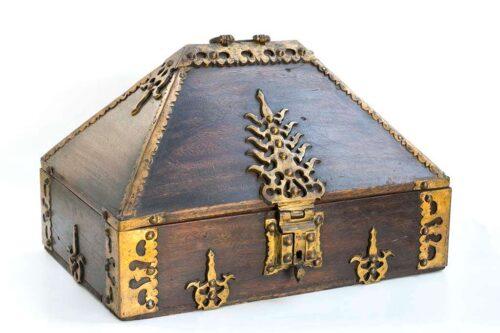קופסה ישנה מעץ מלא