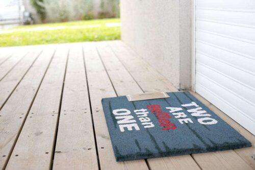שטיח כניסה לבית עם כיתוב