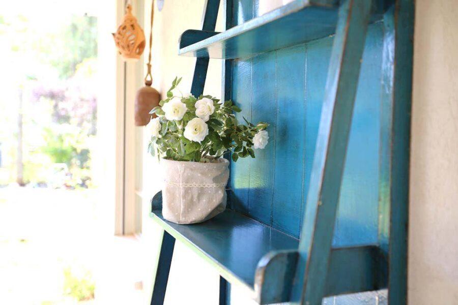 סולם מדפים כחול לבית
