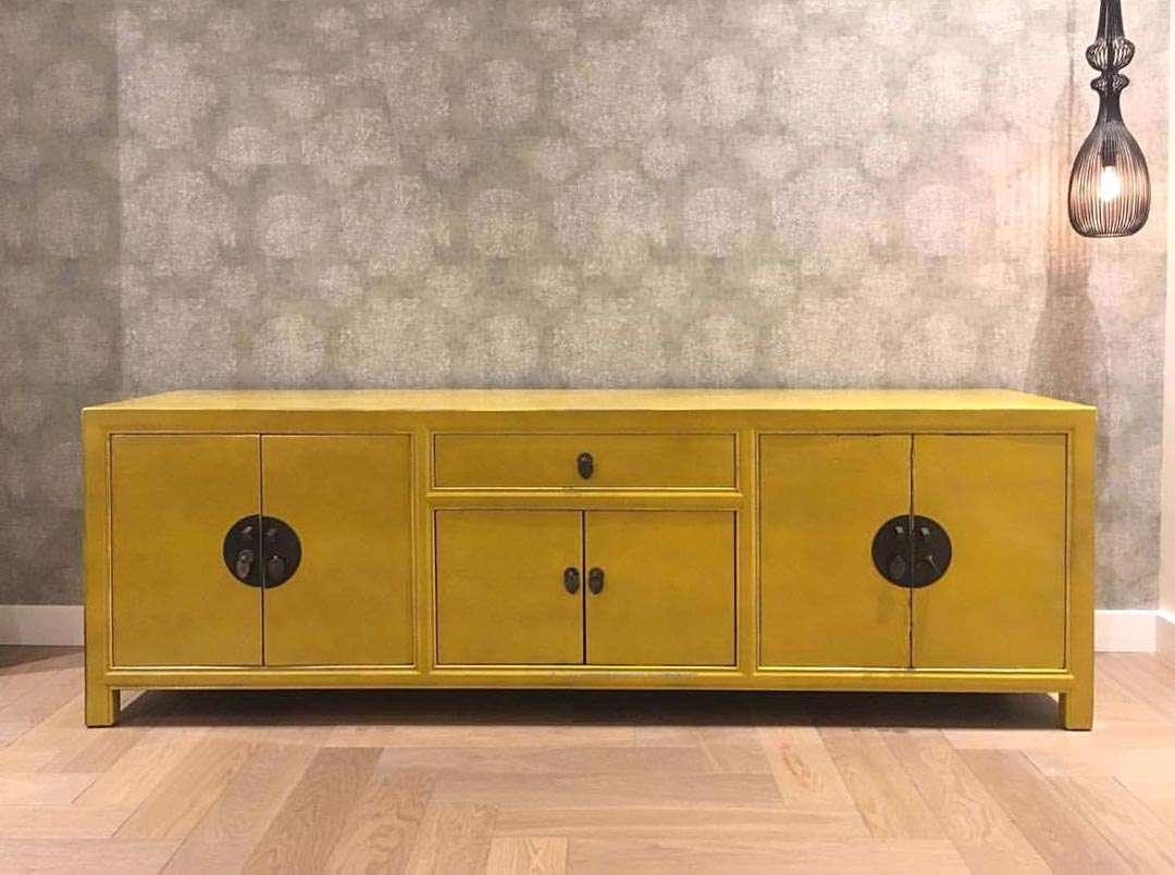 שידת טלוויזיה בצבע צהוב